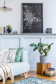 Стильный интерьер гостиной с макетом рамки для плаката, дизайнерским диваном, деревянным кубом, подвесным светильником, растением, ковром, подушками, пледом, книгами, часами и элегантными личными аксессуарами в современном домашнем декоре.