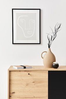 포스터 프레임, 나무 옷장, 책, 세라믹 꽃병의 잎 및 우아한 개인 액세서리가있는 거실의 세련된 인테리어. 가정 장식의 미니멀리스트 개념. 주형.