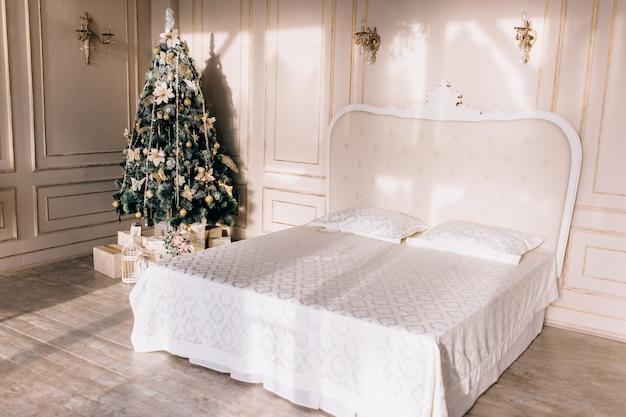 Стильный интерьер комнаты с красивой рождественской елкой и декоративным камином