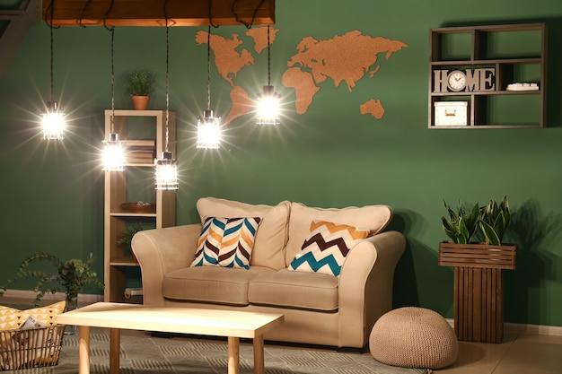 緑の壁のある部屋のスタイリッシュなインテリア