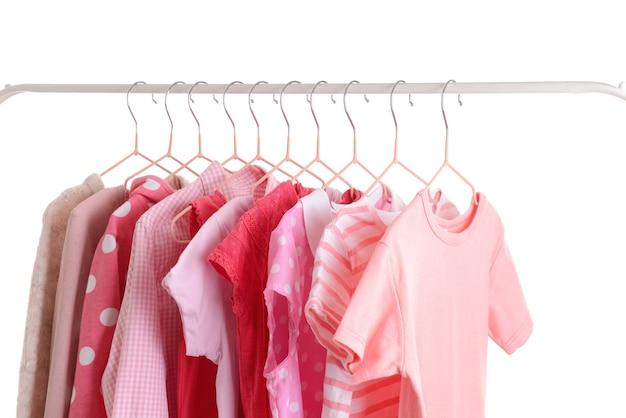 Стильная детская одежда висит на стойке изолированные