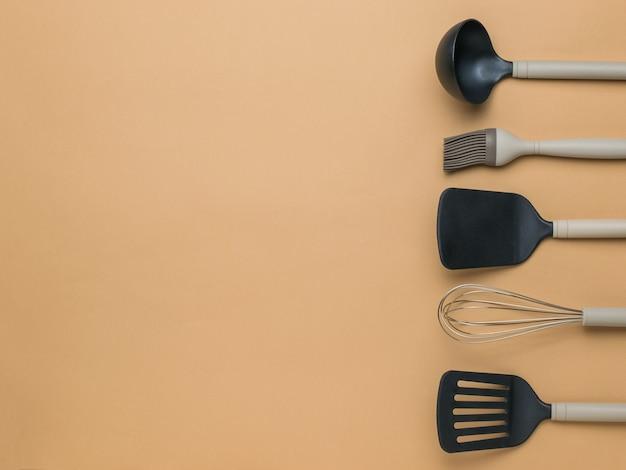 Стильные кухонные аксессуары на бежевом фоне. место для текста. плоская планировка.