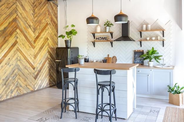 세련된 주방 인테리어 디자인. 흰 벽과 나무 장식.