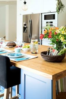 ダイニングテーブルやその他のキッチンアクセサリーを備えたスタイリッシュなキッチンインテリア地中海スタイル