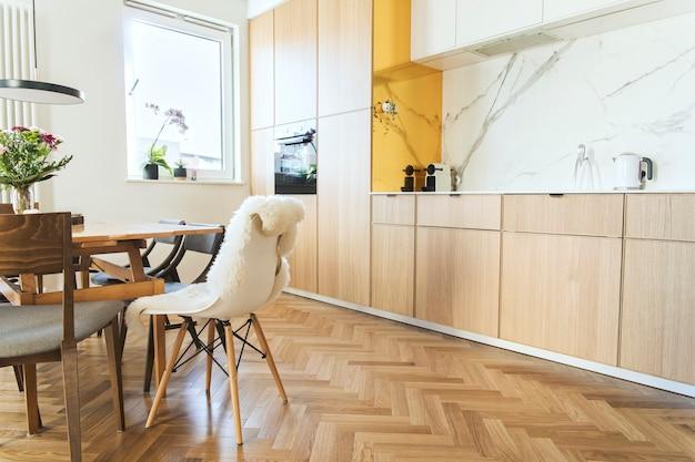 Стильный интерьер кухни с шаблоном кухонных и столовых принадлежностей