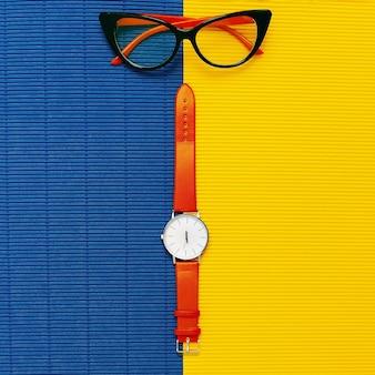 세련된 여성용 액세서리. 시계와 안경. 우아한 패션