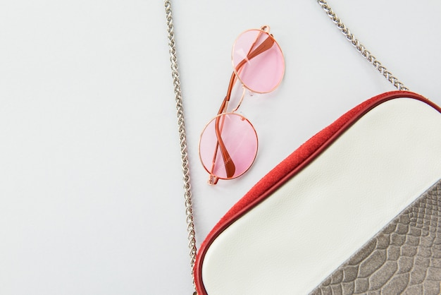 세련된 레이디 액세서리 : 이탈리안 핑크 선글라스 및 여성용 핸드백