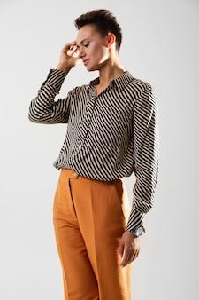 クラシックなパンツとシャツを着たスタイリッシュな女性