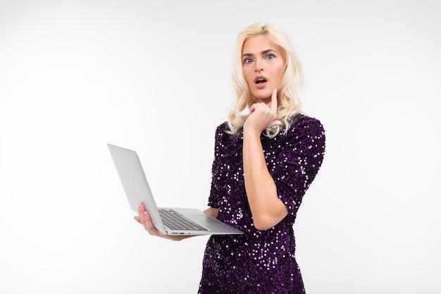 잠겨있는 흰색 배경에 노트북 화면에 제안에 대해 생각 반짝 드레스의 세련된 아가씨