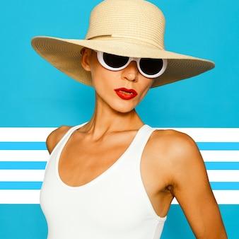 ビーチアクセサリーのスタイリッシュな女性。帽子とサングラス。ビーチファッションコンセプト