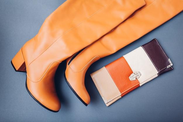Стильные кожаные сапоги и кошелек