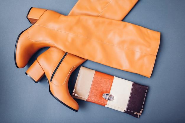 Стильные кожаные сапоги для женщин и портмоне