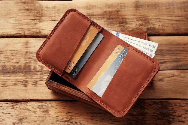 돈과 나무 상자와 세련된 가죽 지갑