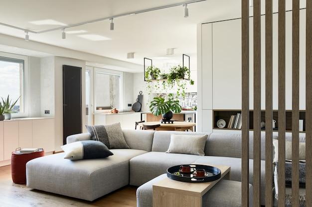 소파와 액세서리가 있는 세련된 거실 디자인 미니멀리즘 스타일 식물 사랑 개념