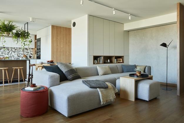 회색 소파와 액세서리가 있는 세련된 거실 인테리어 디자인 배경에 식사 공간
