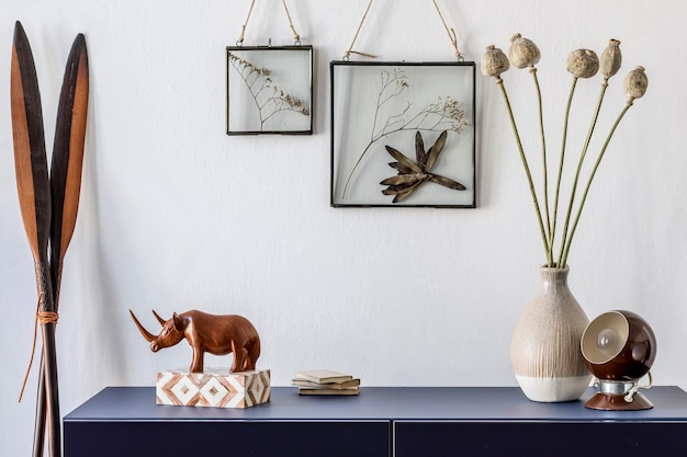 포스터 프레임 옷장 및 액세서리 템플릿을 모의로 한 세련된 거실 인테리어 디자인