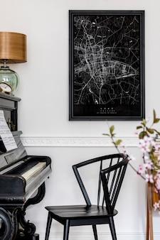 Стильный интерьер гостиной с черным пианино, макет плаката, карта и шаблон элегантных аксессуаров