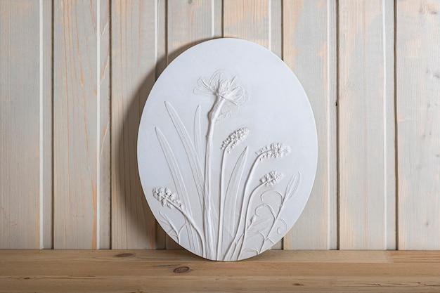 壁の芸術のための植物の浅浮き彫りの野花を備えたスタイリッシュなリビングルームのインテリア。