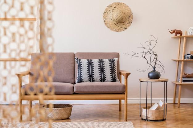 Стильный интерьер гостиной с коричневым диваном и элегантными аксессуарами минималистичный концептуальный шаблон