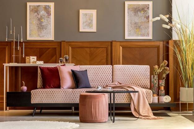 デザイン ピンク ベルベット ソファ エレガントななよなよした男のコーヒー テーブルとスタイリッシュなリビング ルームのインテリア