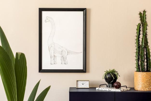 Стильный интерьер гостиной с макетом рамки для плаката и элегантными личными аксессуарами.
