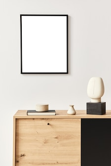 ポスターフレーム、木製の便器、本、セラミック容器、エレガントなパーソナルアクセサリーを備えたスタイリッシュなリビングルームのインテリア。家の装飾のミニマリストの概念。