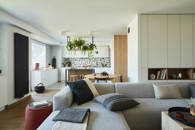 소파와 액세서리가 있는 세련된 거실 인테리어 미니멀리즘 스타일의 식물 사랑 개념
