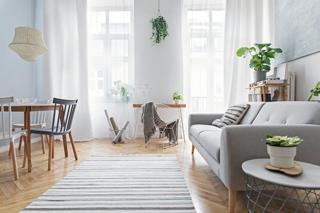 Стильная гостиная с деревянным письменным диваном и элегантными украшениями в шаблоне дизайна домашнего декора