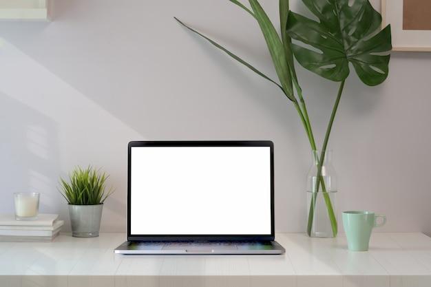 빈 화면 노트북 컴퓨터와 세련 된 로프트 작업 영역입니다.