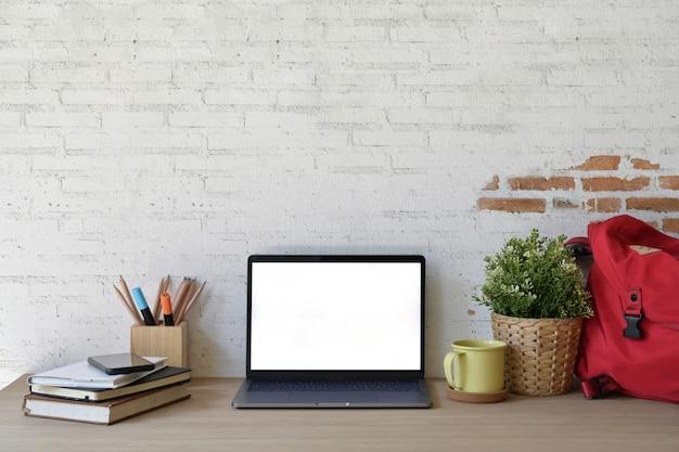 Стильное рабочее пространство на чердаке с ноутбуком с белым экраном.