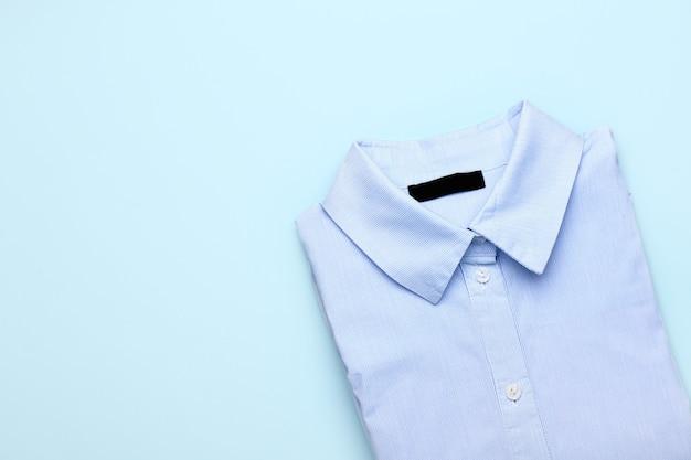 색상에 세련된 남성 셔츠