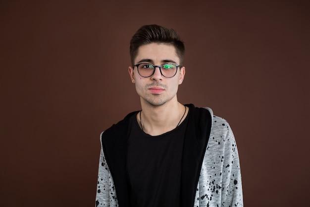 안경을 쓴 세련된 남자 학생