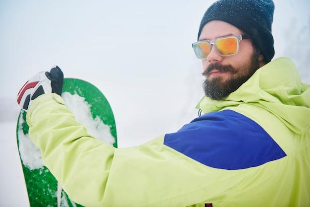 Uomo alla moda e il suo hobby invernale