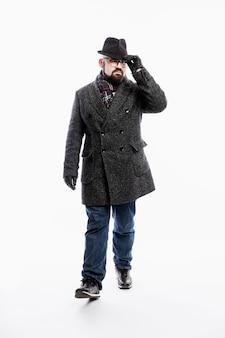 コートと帽子のスタイリッシュな男。