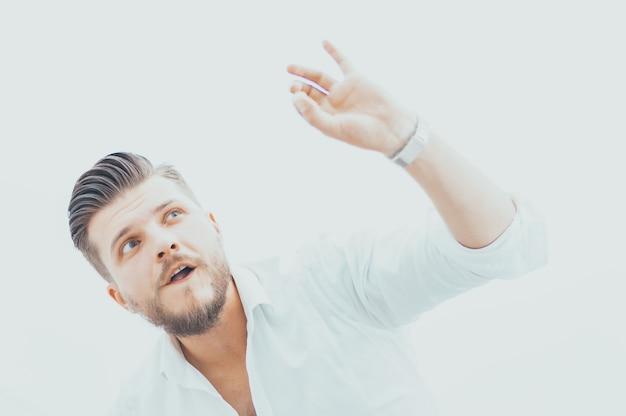 Стильный мужчина в рубашке показывает знак ок прямо в камеру. концепция успеха и поддержки, консультирование, высшее руководство. смешанная техника