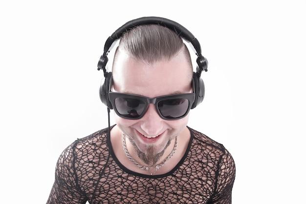 음악을 듣고 세련 된 어두운 안경에 세련 된 남자