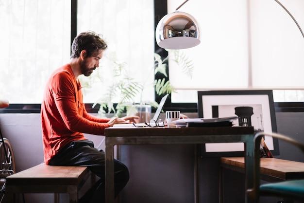 Стильный человек в творческом офисе работает