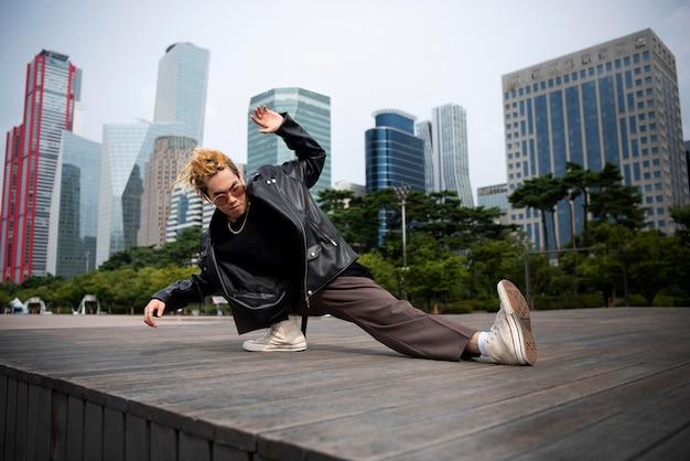 Uomo alla moda in abbigliamento k-pop nella scena urbana