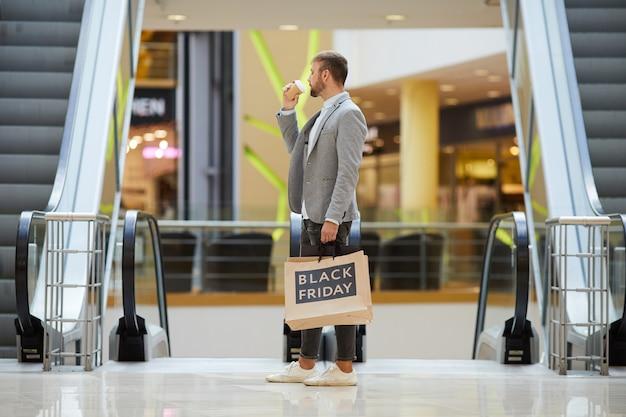 Стильный мужчина, делающий покупки в торговом центре