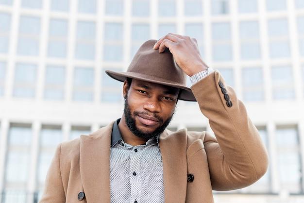 Uomo alla moda che indossa un cappello