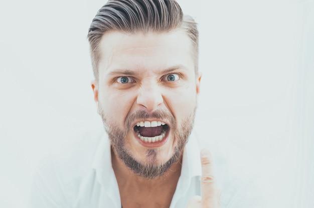 Стильный мужчина с сумасшедшим взглядом смотрит в камеру. понятие подавления, стимулирования, мотивации к успеху в бизнесе. смешанная техника