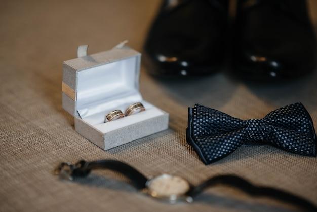 結婚式の準備中のスタイリッシュなメンズアクセサリーのクローズアップ