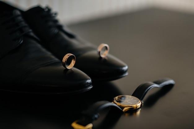 Стильные мужские аксессуары крупным планом во время подготовки к свадьбе.