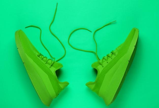 Стильная мужская спортивная обувь для бега с развязанными шнурками