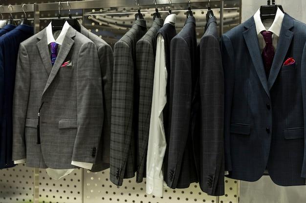 가게 옷걸이에 세련된 남성복. 전면보기. 우아함과 패션.