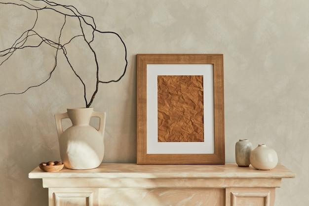 나무 mpck 업 포스터 프레임, 디자인 우아한 꽃병 및 개인 액세서리가 있는 거실 인테리어의 세련된 미니멀리즘 구성. 중성 색상. 주형.