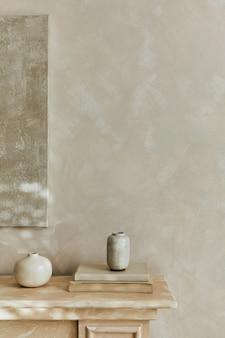 디자인 꽃병과 개인 액세서리가 있는 세련된 미니멀리즘 모노크롬 구성. 벽에 포스터입니다. 공간을 복사합니다. 중성 색상. 주형.