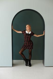 スタジオで秋のイメージのスタイリッシュなモデル。買い物