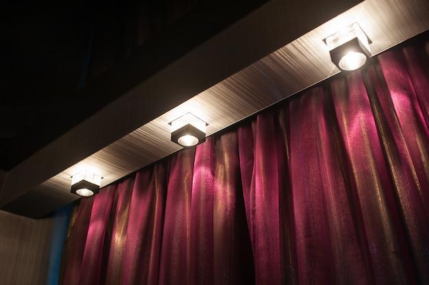 ランプ付きのスタイリッシュでモダンな大人の寝室