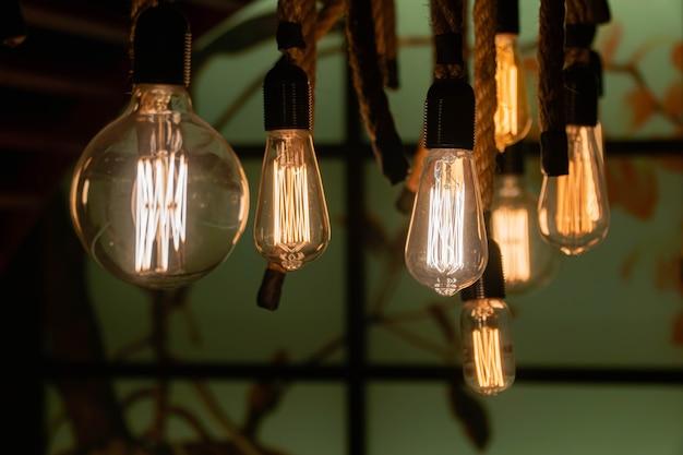 暗闇の中で開くスタイリッシュでモダンな装飾的なランプ。